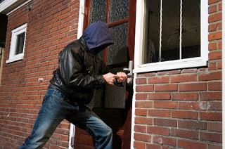 Pastikan semua jalan masuk menuju rumah terkunci rapat